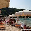 Плажът в Афитос, градчето е на хълм над него