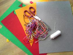 Co będziemy potrzebować: kolorowe materiały (ja używam filcu); igła, kolorowa nitka, nożyczki; kolorowe sznureczki (wybrałam sutasz); coś do pisania; kartka do naszkicowania wzoru; wypełnienie (watolina, ścinki materiałów, wata)