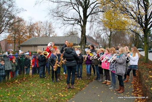 Sinterklaas komt aan bij Josefschool overloon 02-12-2011 (5).JPG