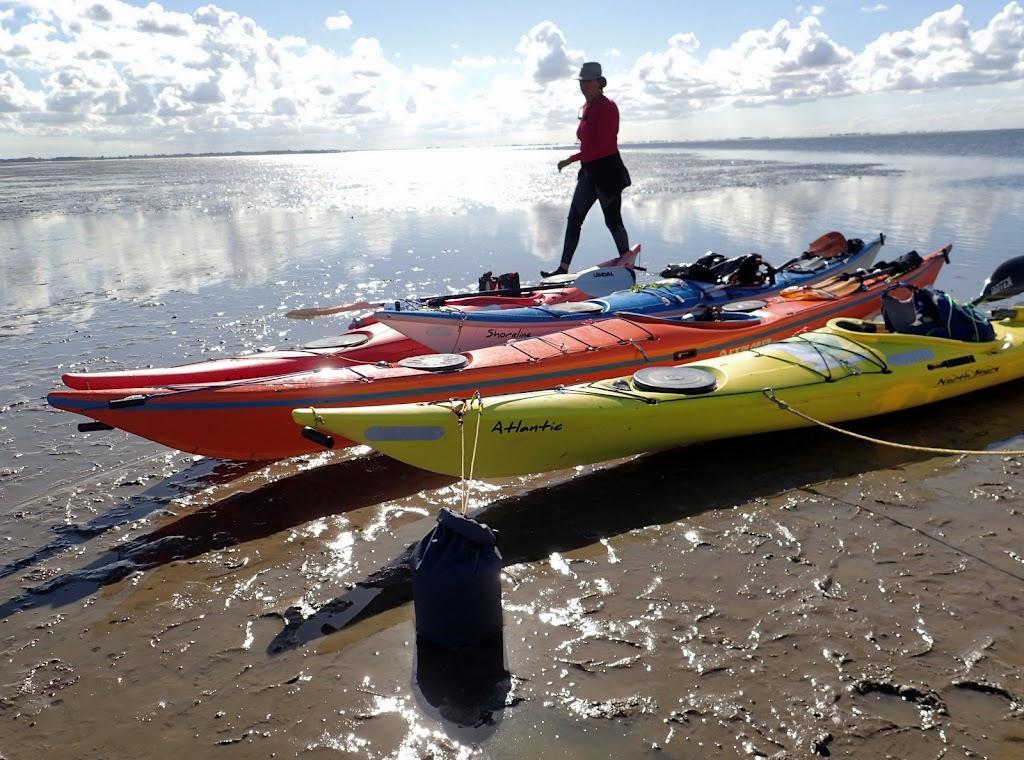 De boten aan het anker vastgeknoopt