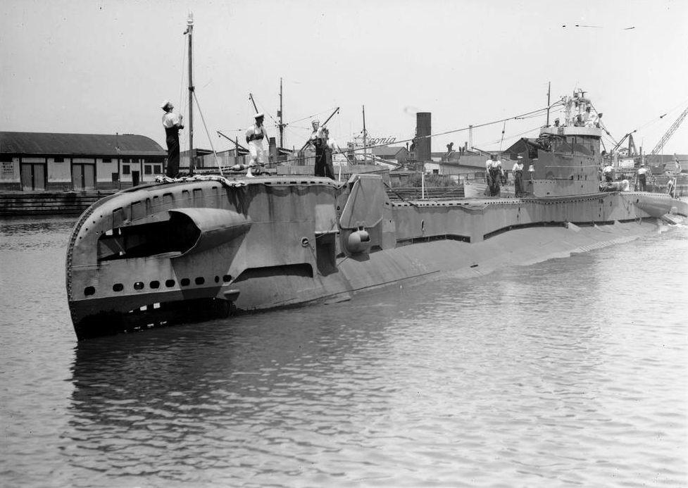 [HMS_Telemachus_in_Australia%5B12%5D]