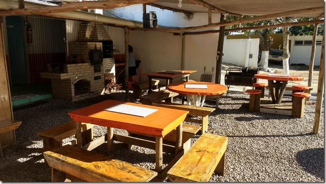 trailer-camping-amendoeiras-mesas-refeicao