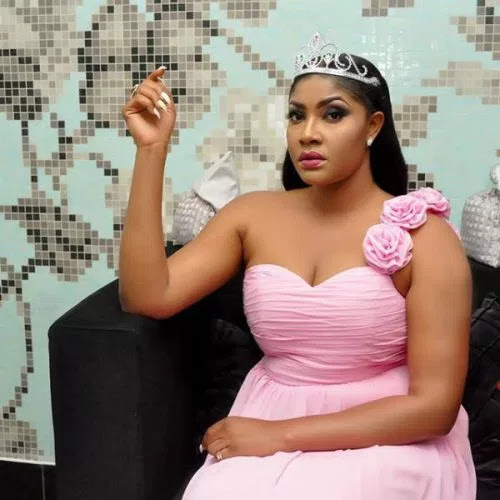 Angela Okorie dressed like a queen