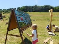 Gyerekek népi játékokat próbálgatnak.JPG