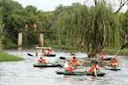 Foto Marius NortjeVan die seuns het hulle vernuf na afloop van die wedstryde op die kanoo's ten toon gestel, terwyl sommige kleilat gegooi het(agter die boom) en die met meer guts het van die hoe brug af in die water in gespring