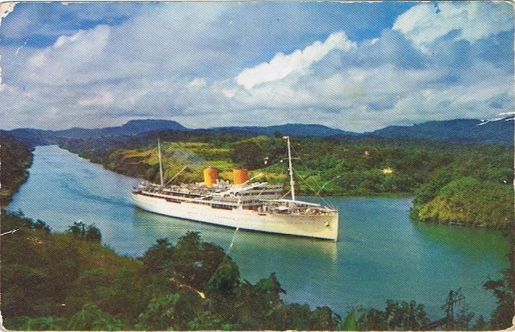 2- El REINA DEL PACIFICO cruzando el Canal de Panama. Colección Arturo Paniagua.jpg