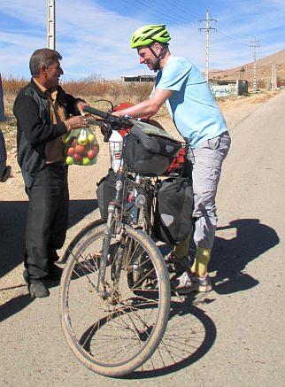 Sack-Apfel-Geschenk für Chris on the Bike im Iran