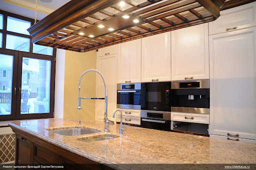 """Кухня класса """"люкс"""": """"остров"""" и встроенная бытовая техника."""