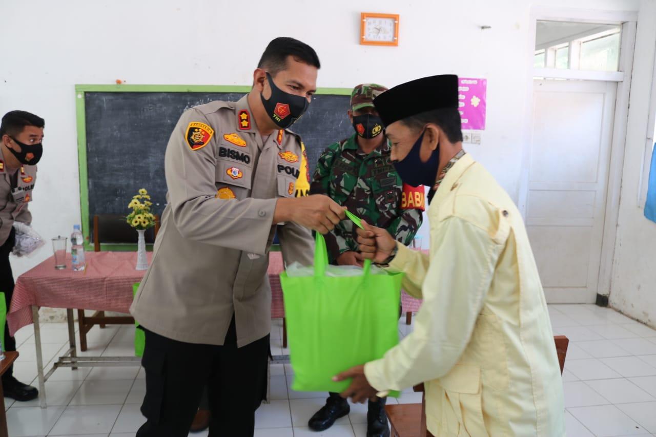 Kapolres Majalengka Berikan Himbauan 3M Serta Bagikan Sembako Dan Masker Kepada Da'i
