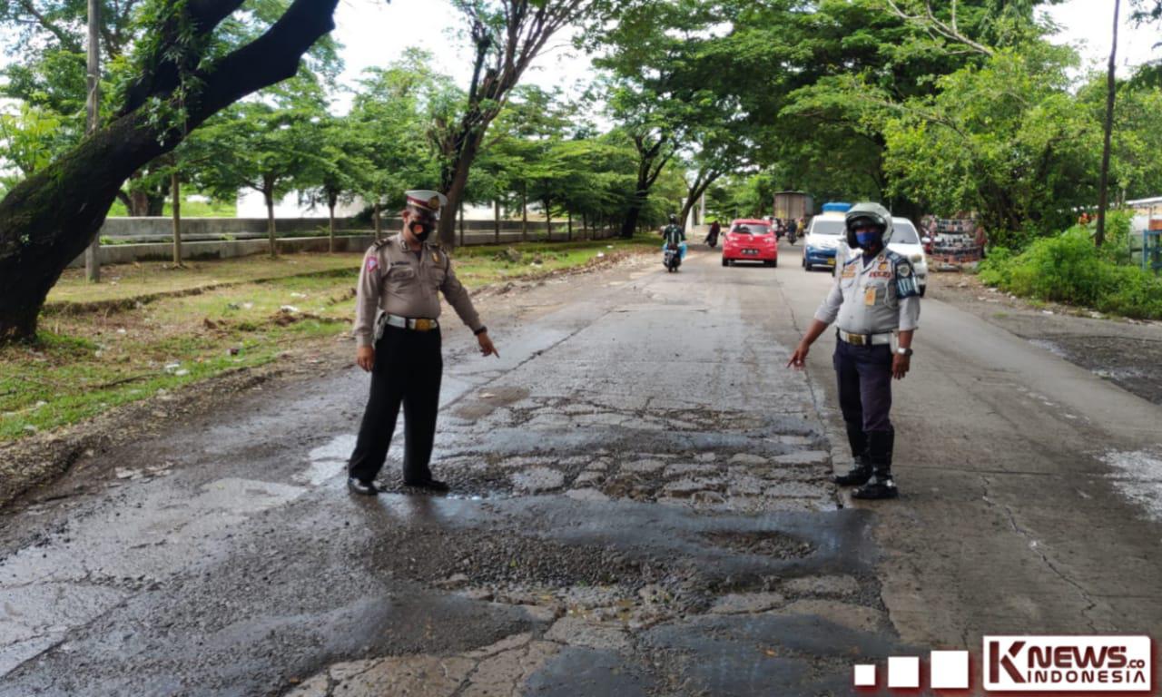 Antisipasi Kecelakaan, Personil Sat Lantas Polres Gowa Cek Jalanan Rusak