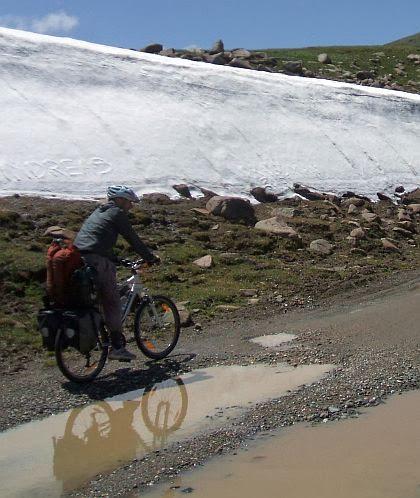 Chris vor Schneefeldern beim Anstieg zum Kalmak-Ashu-Pass (3445 m)