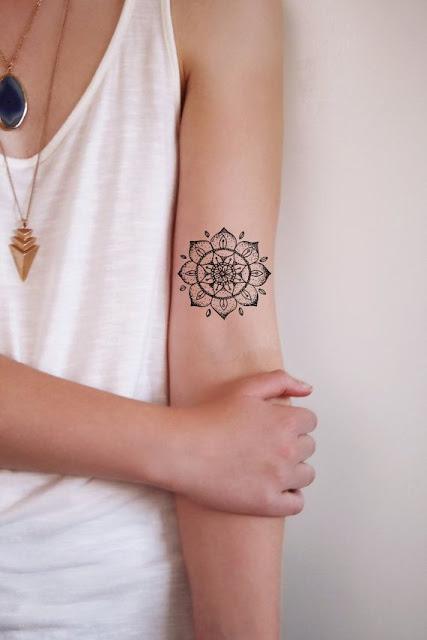 Pequenas e simples Mandala tatuagem na mao