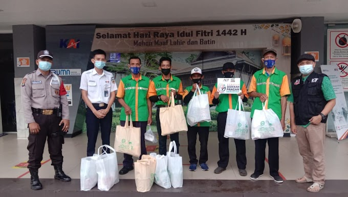 ACT Kolaborasi Berikan Paket Ramadhan untuk Porter dan Penumpang KRL PT. KAI Tanjung Karang