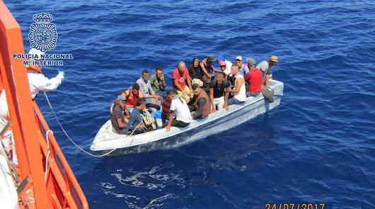 Imagen de archivo de una patera rescatada por Salvamento Marítimo en la costa de Almería.