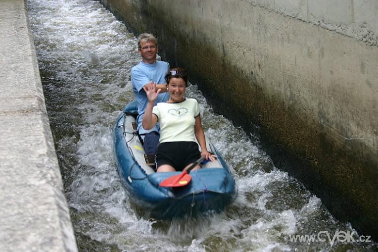 Kanoën door diverse stuwen in de Vltava levert leuke foto's op