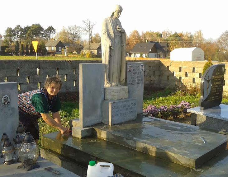 Nowa brama cmentarna iporządkowanie grobów