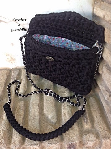 Crochet o ganchillo bolso negro de trapillo by crochet o for Bolsos de crochet de trapillo