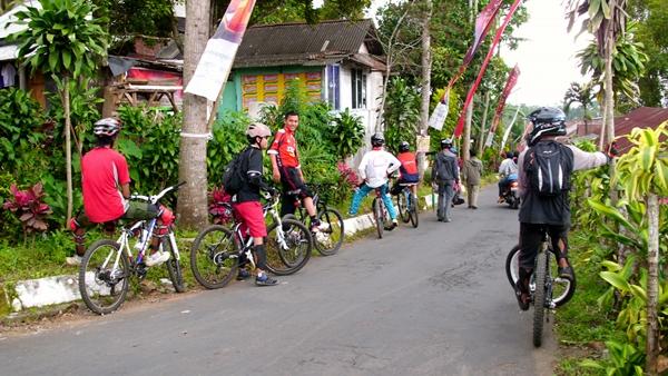"""Selepas hutan, kami memasuki perkampungan (Daerah Pasarehan, Gunung Kawi). Di daerah ini baru saja diadakan acara syukuran memperingati """"Suroan"""""""