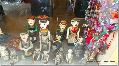 Hanoi. Flashes callejeros. Marionetas en un escaparate, similares a las del teatro