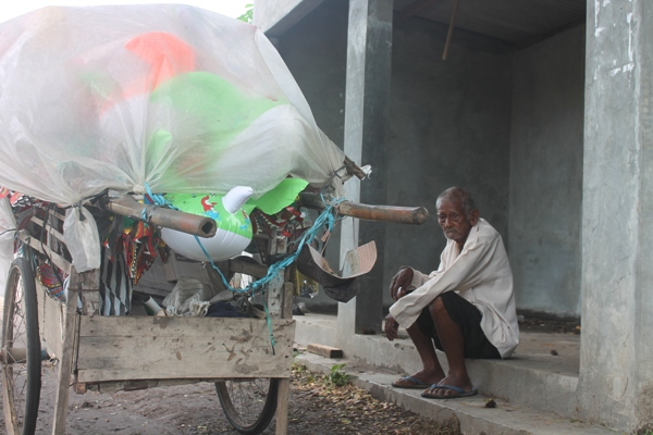 Kakek Hampir Satu Abad Umurnya Masih Mampu Tarik Gerobak Dagangan Mainan