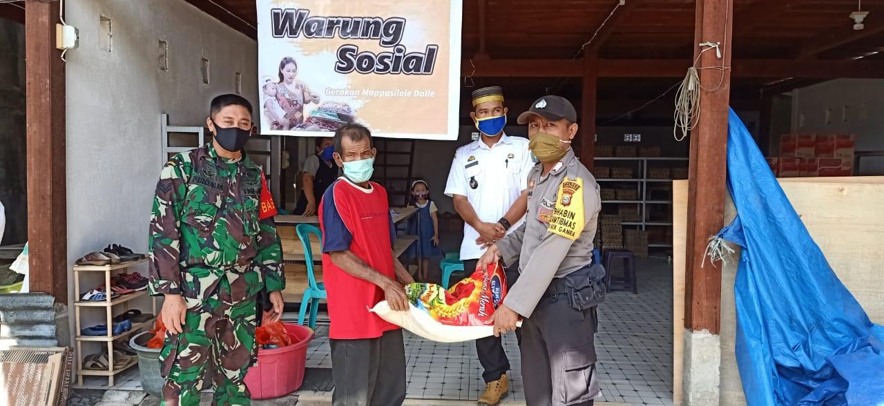 Bhabinkamtibmas Polsek Jajaran Polres Soppeng Kawal Penyaluran Bantuan Sosial Pangan Pandemi Covid - 19