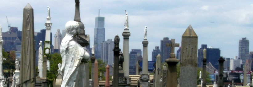 Die Skyline Manhattans vom Calvary Cemetery, Queens, New York, USA