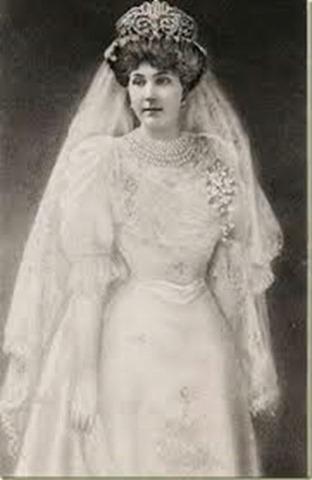 Reina Victoria Eugenia con el traje de boda.[5]