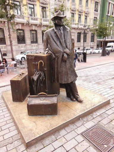 Estatua del Viajero en la Plaza Porlier
