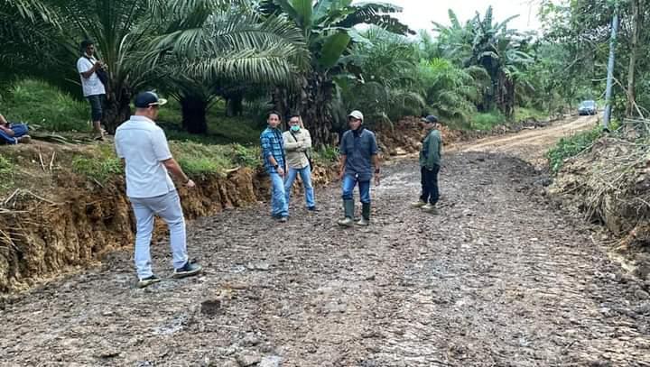Ketua DPRD Kotabaru Tinjau Perbaikan Jalan Sepapah - Gunung Batubesar