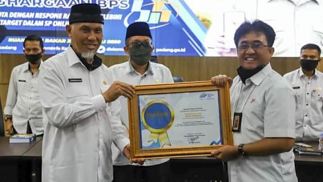 Lebihi Target, Pemko Padang Terima Penghargaan dari BPS Sumbar.