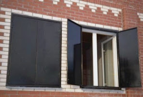 Установка металлических ставней на окна дачи СПб