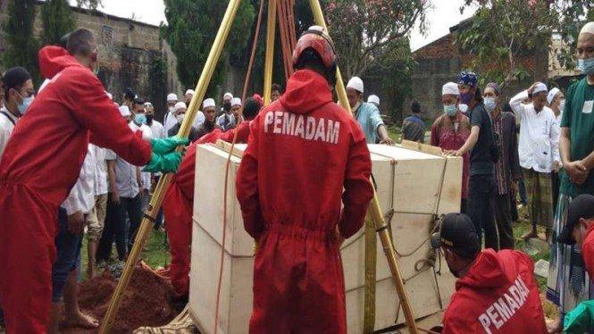 Aksi Petugas Damkar Bantu Pemakaman Jenazah Berbobot 300 Kg