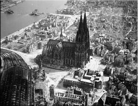 Vista aérea de la Catedral y sus alrededores, final de la II Guerra Mundial
