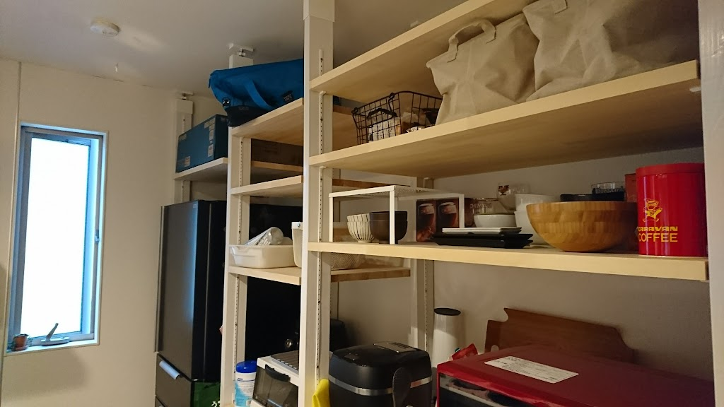 DIYで作ったキッチンの食器棚の写真1