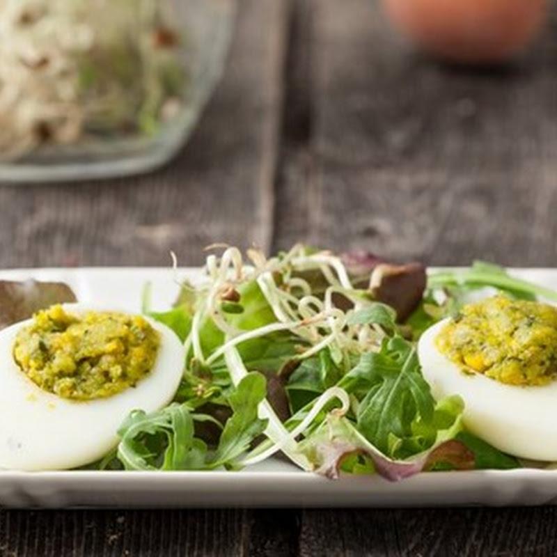 Come preparare un'antipasto sano e semplice: uova ripiene con contorno di misticanza.
