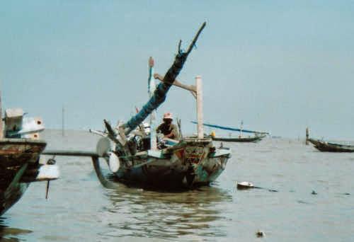 Nelayan mungkin hidupnya pas-pasan. Tapi bila rutin berinvestasi, masa tuanya bisa jadi lebih bahagia dan merdeka dari kita. Percaya? - photo by Brahm