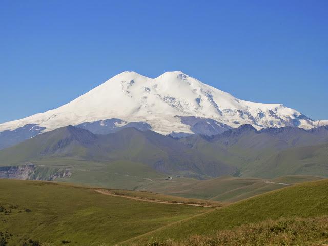L'Elbrouz depuis Khasaut (2000 m), au sud-ouest de Kislovodsk (Karatchaïevo-Tcherkesskaïa), 17 août 2014. Photo : J. Michel
