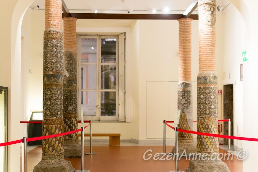 Napoli'deki Arkeoloji Müzesinde bulunan Pompei mozaikleri
