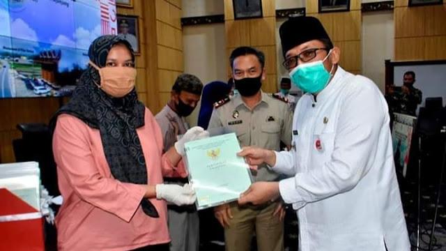 Wawako Hendri Serahkan Sertifikat Tanah Program PTSL Kepada Masyarakat Koto Lalang.
