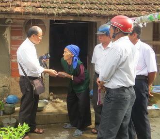 Caritas Phát Diệm thăm hỏi và cứu trợ các gia đình bị thiệt hại do bão số 1