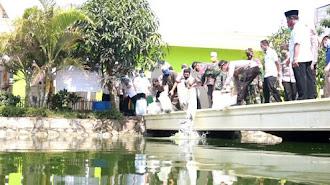 Dandim - Kapolres Karawang Tebar Ikan di Empang Baitul Burhan Tempuran