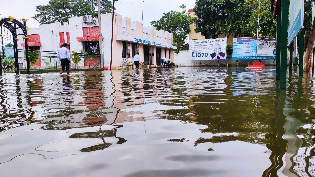 ताजपुर में नाला रहने के बाबजूद सड़क पर जलजमाव- सुरेन्द्र...