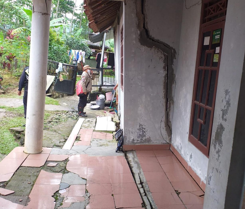 10 KK Korban Pergeseran Tanah di Desa Bojong Koneng Diungsikan