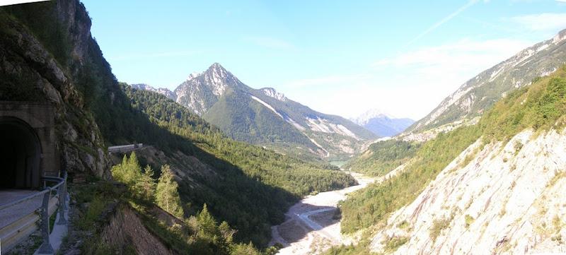 """Qui avrebbe dovuto esserci il lago del Vajont.. al centro, la frana a """"M"""" di Monte Toc è ancora visibile dopo cinquant'anni"""