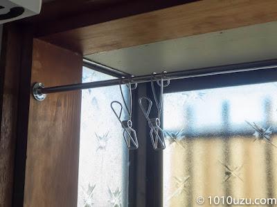 バーに無印良品のステンレスひっかけるワイヤークリップを引っかけた所