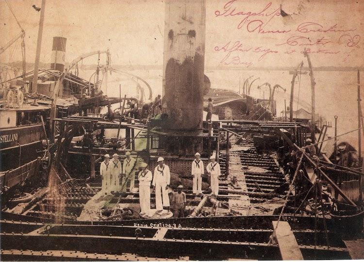 1903. Trabajos de recuperación del crucero REINA CRISTINA. Del libro La Armada Española y la Fotografia en Cuba, Puerto Rico y Filipinas. Los Sucesos de 1898.jpg
