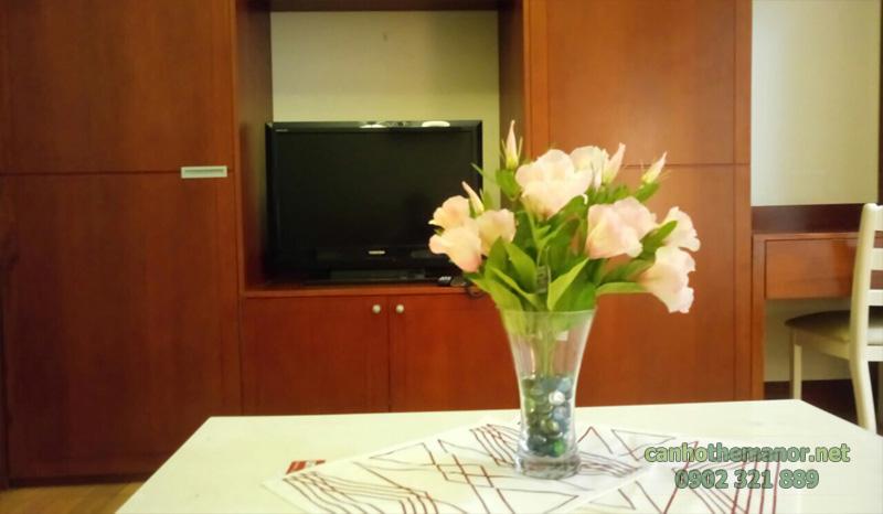 cho thue studio the manor - Bình hoa tại bàn ăn
