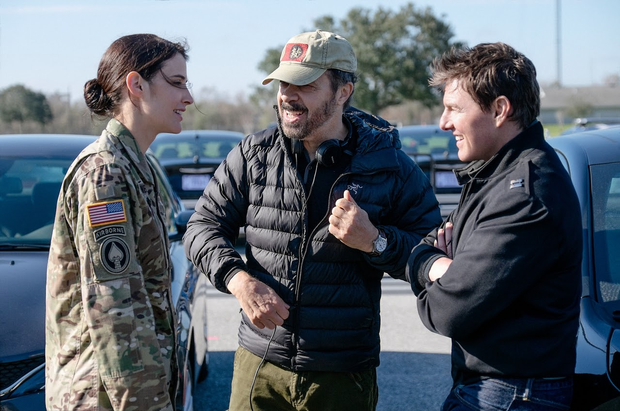 Left to right: Cobie Smulders, Director Edward Zwick and Tom Cruise on the set of JACK REACHER: NEVER GO BACK from Paramount Pictures and Skydance Productions.