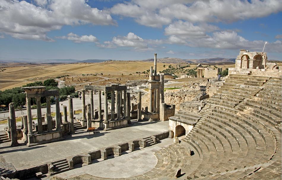 Vista sobre a zona do palco do Anfiteatro de Dougga