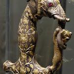 Poignée dépée à décor d'élépphant et de tigre. Rajasthan. 19e s. Acier émaillé avec incrustations d'or et de rubis. MA 6821.